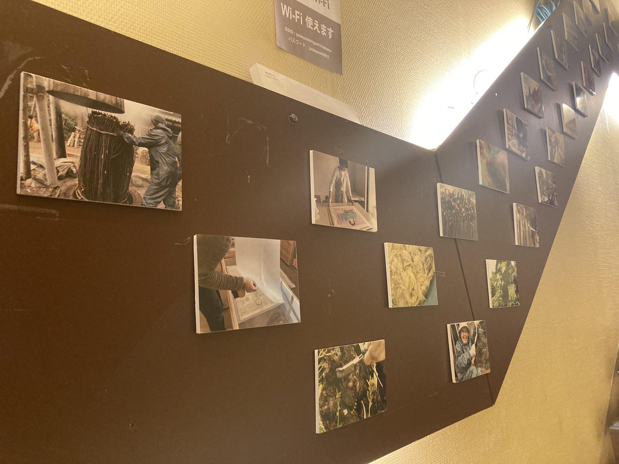 劇場の壁にたくさん掲示された、映画の場面写真。